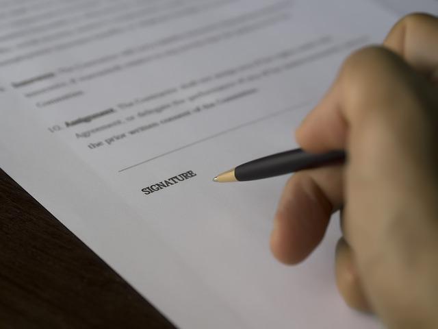 ruka před podpisem