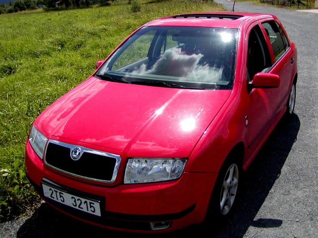 červené auto Fabia – stojící v přírodě