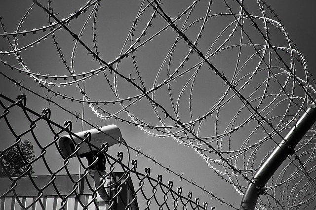 termokamera střežící věznici