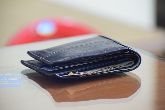 černá peněženka na stole
